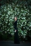 开花的白色荚莲属的植物背景的女孩  免版税库存照片