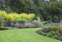 开花的英国庭院全视图 库存图片