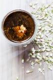 开花的茶和在木背景的干燥花 库存图片