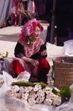 开花的hmong老妇人 库存照片