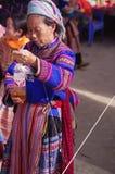 开花的hmong老妇人 库存图片