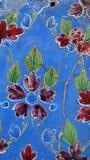 开花老墙壁被绘的装饰品蓝色,红色&绿色马赛克 库存图片