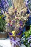 开花花束在一个窗口边缘在普罗旺斯-法国 免版税库存照片