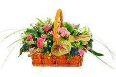 开花花束在一个柳条礼物篮子的安排焦点 免版税库存照片