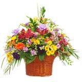 开花花束在被隔绝的柳条筐的安排焦点 免版税图库摄影