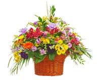 开花花束在被隔绝的柳条筐的安排焦点 免版税库存照片