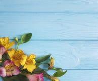 开花花束德国锥脚形酒杯开花的秀丽言情装饰在颜色木背景,框架 库存图片