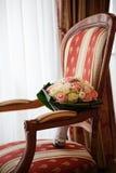 开花花束由桃红色和奶油色玫瑰做成在豪华垫 库存图片