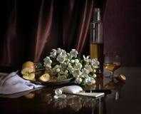 开花苹果、苹果和酒。 免版税图库摄影