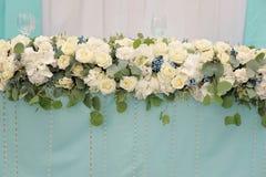 开花装饰婚礼桌,特写镜头 免版税库存照片