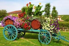 开花装饰的酒推车在法国的博若莱红葡萄酒地区 免版税库存图片