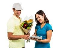 开花采取美丽的妇女的署名送货人 图库摄影