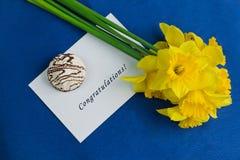 水仙开花,信封,在蓝色背景的蛋白软糖 免版税库存图片