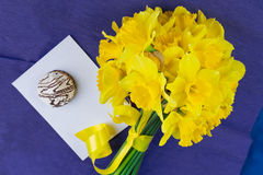 水仙开花,信封,在青紫色背景的蛋白软糖 免版税库存图片