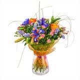 开花从玫瑰、虹膜和statice花的花束 免版税库存图片
