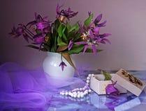 开花紫色花瓶 免版税库存图片