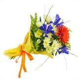 开花从被隔绝的大丁草、虹膜和其他花的花束 免版税库存照片