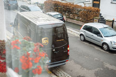 离开观点的UPS汽车 免版税库存照片