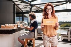 开设她新的餐馆的红发商人在夏天 库存图片