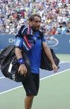 从离开路易斯阿姆斯特朗体育场的塞浦路斯的职业网球球员马科斯・巴格达蒂斯在第三回合比赛损失以后在美国公开赛 库存照片