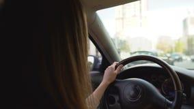 开车回家在坚硬工作日以后的少妇 运输 automatics 股票视频