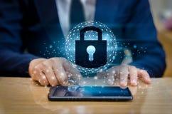 开锁的智能手机锁互联网电话手商人按电话在互联网沟通 网络安全concep 库存照片