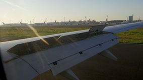 从离开从伊斯坦布尔阿塔图尔克机场的喷气机的看法如被看见从航空器里边 股票录像