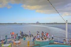离开巴哈马的游人在游轮 库存照片