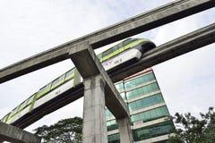 离开驻地的绿色单轨铁路车 免版税库存照片