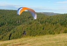 离开从山的滑翔伞 库存照片