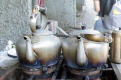 开水的老经典水壶在火炉 免版税图库摄影