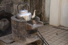 开水的老水壶在火炉 图库摄影