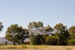 离开从私有简易机场的赛斯纳172 免版税库存图片