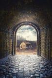 给开头装门到导致一个老被放弃的房子的路 库存图片