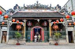 离开Thien Hau塔, Cho Lon,西贡,越南的游人 免版税库存图片