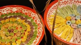 异乎寻常的东方人亚洲甜可口点心,在一个市场的柜台的异常的五颜六色的传统盘与 股票录像
