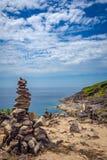 异乎寻常的日落海石头风景 免版税库存图片