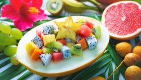 异乎寻常的热带水果沙拉在一半服务瓜 免版税图库摄影