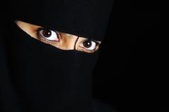 异乎寻常的眼睛奥秘东方人妇女 免版税库存照片