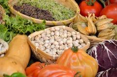 异乎寻常的蔬菜和水果在蔬菜水果商 免版税库存图片