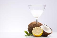 异乎寻常的Pina Colada饮料用椰子和柠檬 免版税库存照片