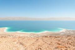异乎寻常的与山的风景死海海岸线鸟瞰图 免版税图库摄影