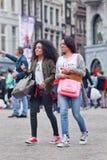 异乎寻常的女孩走在水坝正方形,阿姆斯特丹,荷兰 免版税库存图片