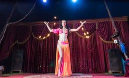 异乎寻常的火舞蹈家旋转的火焰状警棒 免版税库存照片