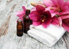 异乎寻常的花按摩产品温泉向毛巾扔石头 免版税库存照片