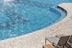 异乎寻常的豪华游泳池摘要 库存图片
