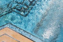 异乎寻常的豪华游泳池摘要 免版税库存照片