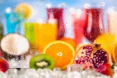 异乎寻常的饮料用在瓶子的果子 免版税库存照片