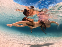 异乎寻常的幻想美人鱼在蓝色海洋游泳在水面下 免版税库存照片