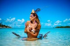 异乎寻常的幻想美人鱼画象在蓝色海洋 库存图片